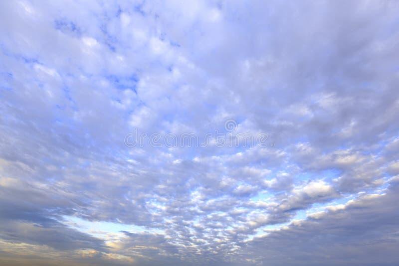 синь заволакивает пушистая белизна неба стоковое изображение