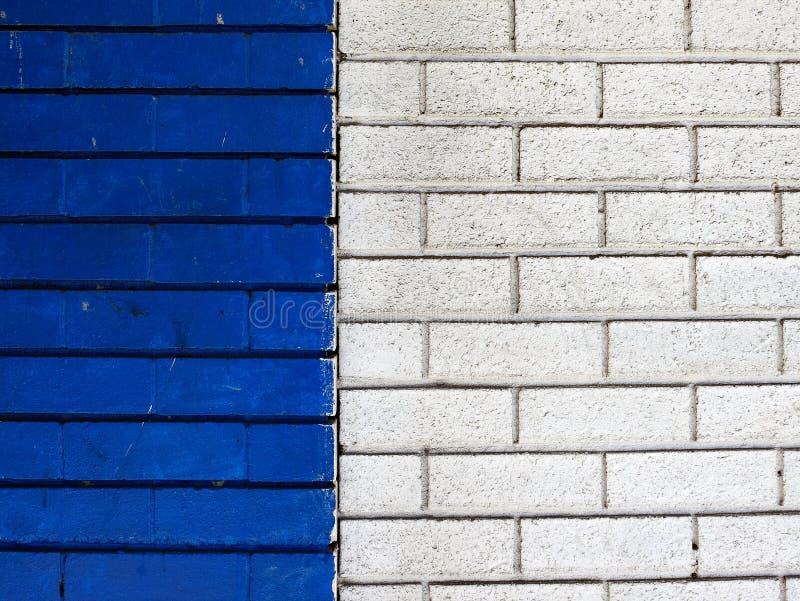 Синь и покрашенные белизной кирпичные стены стоковые фото