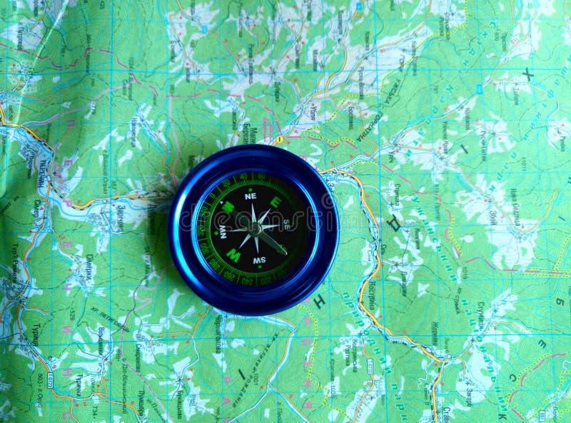 Синь магнитного компаса на дорожной карте стоковые фотографии rf