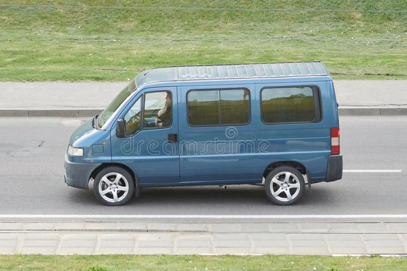 Синь минибуса пассажира в городе стоковые фотографии rf
