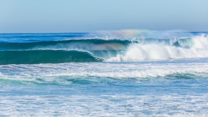 Синь океана развевает разбивать ломающ отмель пляжа стоковое фото