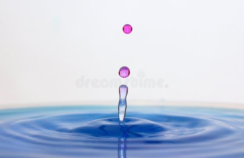 синь падает розовая вода стоковое фото rf