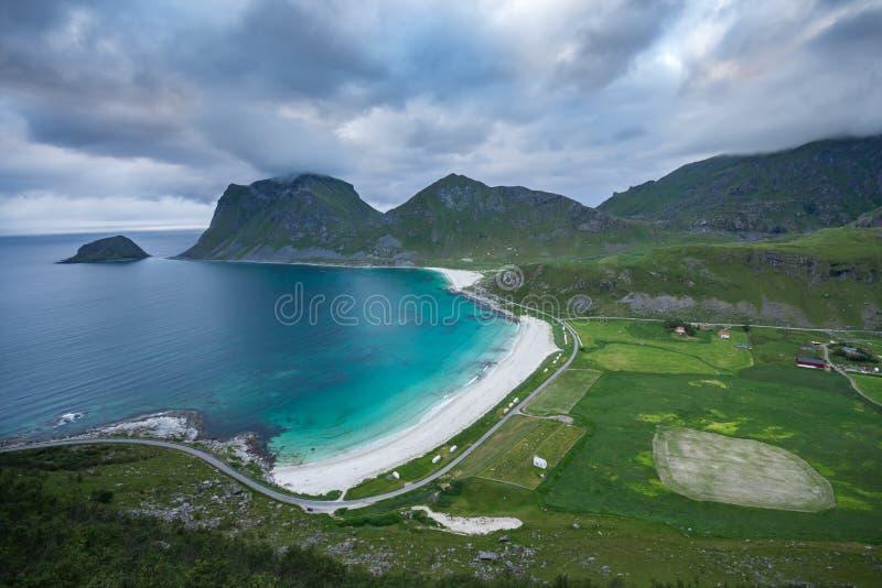 Синь песчаного пляжа и бирюзы преследует на Lofoten, Норвегии стоковые фото
