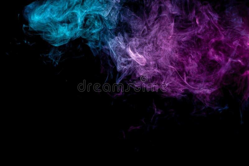 Синь покрашенная абстрактным искусством и розовый дым на черной изолированной предпосылке иллюстрация штока