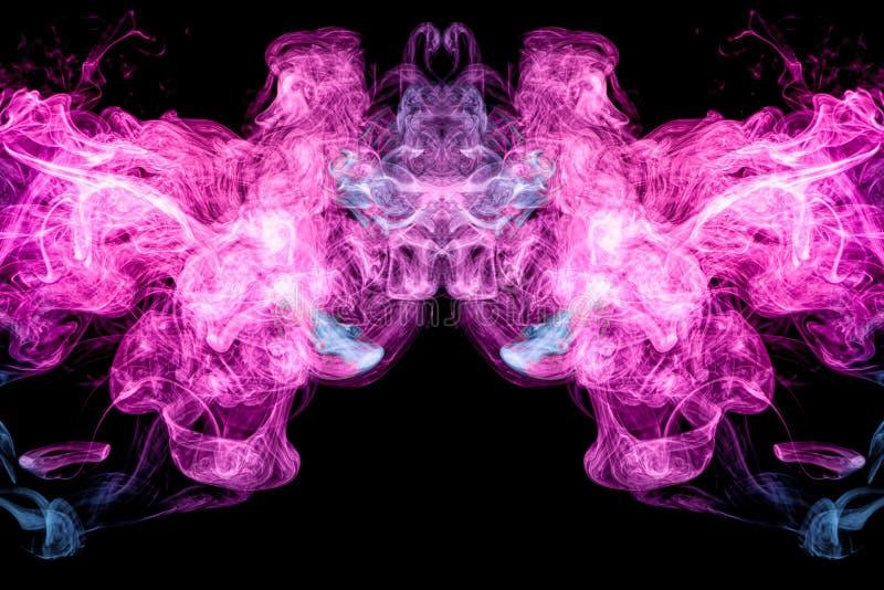 Синь покрашенная абстрактным искусством и розовый дым на черной изолированной предпосылке стоковая фотография