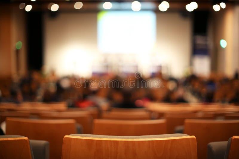 синь предводительствует древесину таблицы конференц-зала стоковое фото