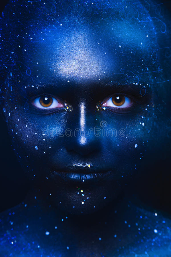 Синь тонизирует портрет милой женщины с темным искусством стороны стоковые изображения rf
