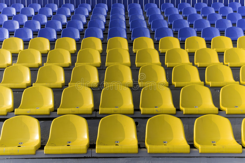 синь усаживает желтый цвет стадиона стоковые фото
