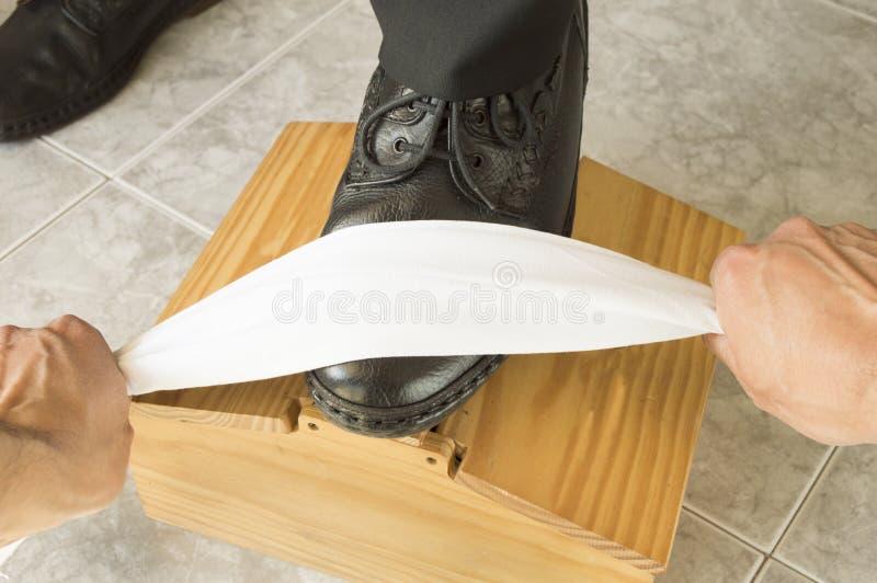 Синяк ботинка работая на его рабочем месте стоковые фото