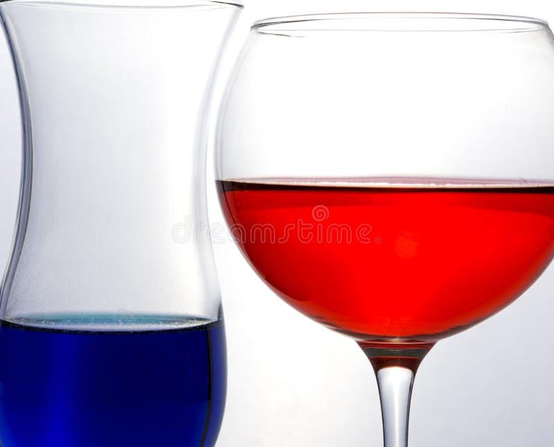 Синяя и красная жидкость в двух винных очках стоковое изображение
