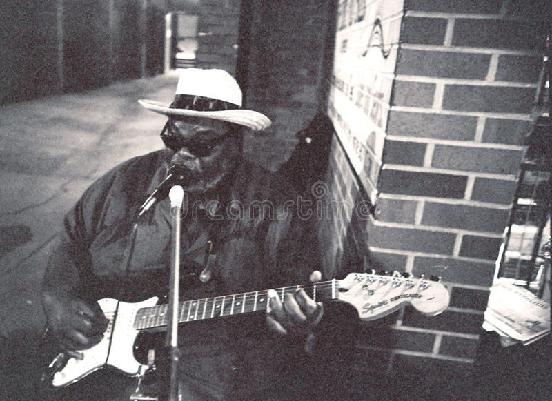Син художник, большое Джерри, на улице Beale в Мемфисе, TN стоковая фотография