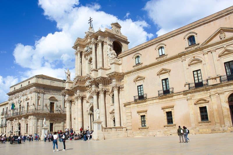 Сиракуза, Италия - 10-ое апреля 2019: Красивый римско-католический собор Сиракузы в Сицилии с туристами на смежном квадрате стоковые изображения rf
