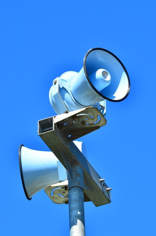 Сирена воздушного налета против голубого неба стоковое изображение