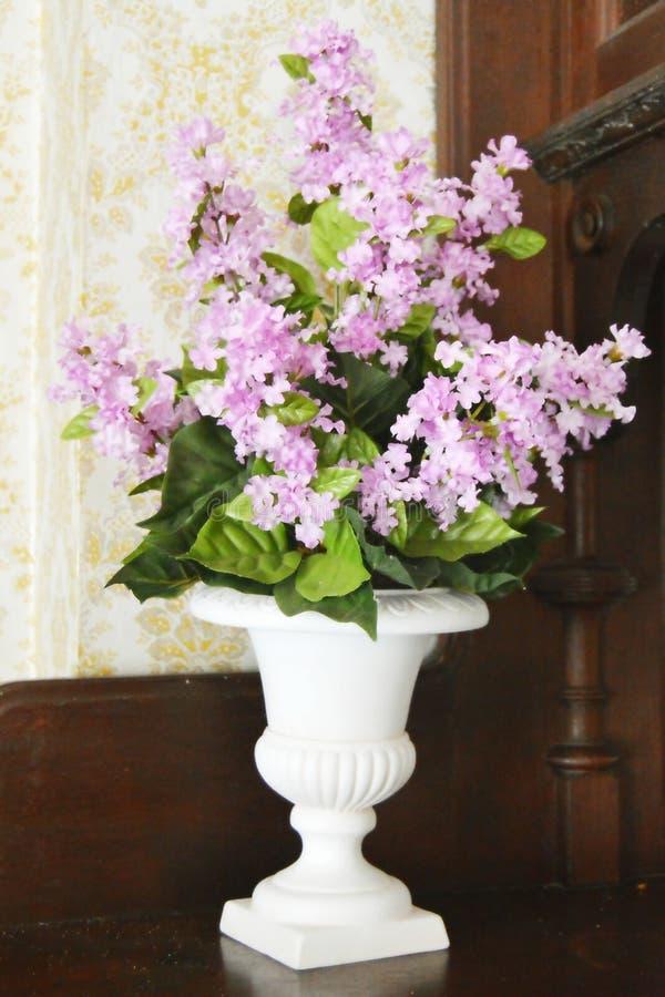Сирени в белой вазе стоковая фотография