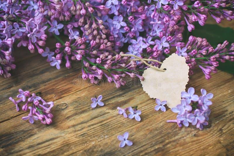 Сирень букета душистая фиолетовая, бумажная бирка стоковое изображение rf