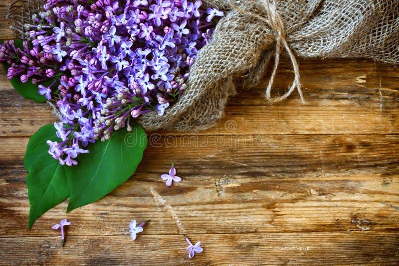 Сирень букета душистая фиолетовая, обернутая в мешковине, крупный план стоковые фотографии rf