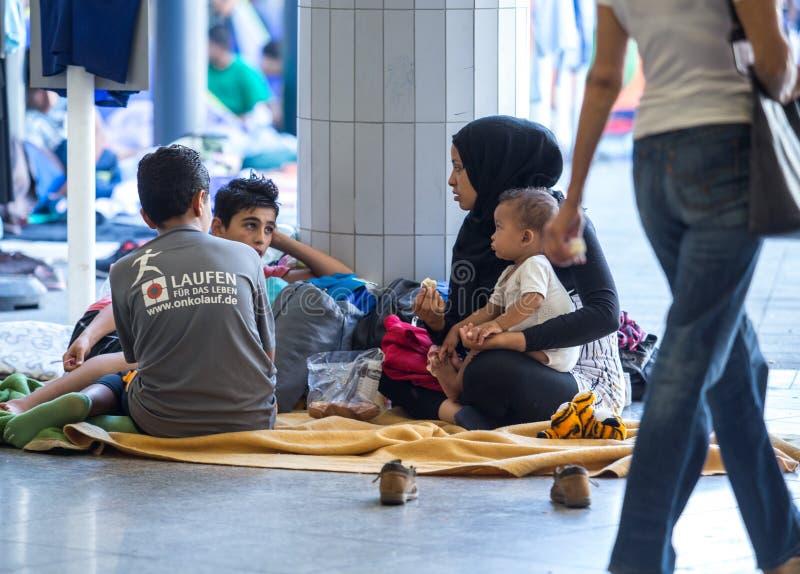 Сирийские беженцы на вокзале Keleti в Будапеште стоковое фото rf