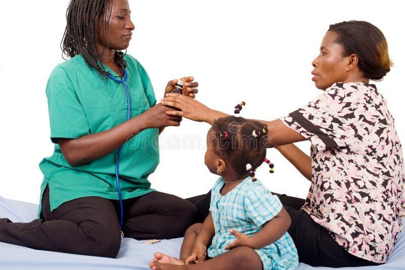 Сироп предписанный педиатром для больного ребенка стоковая фотография rf