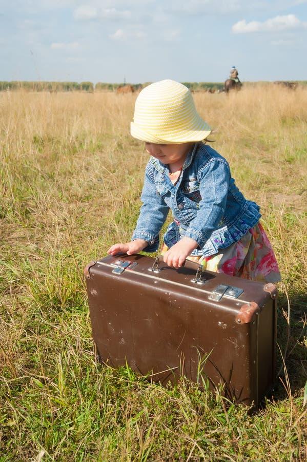 Сиротливая девушка с чемоданом стоковые изображения rf