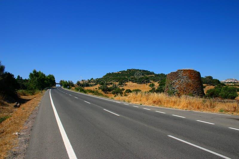 Download сиротливая дорога стоковое изображение. изображение насчитывающей солнечно - 495011