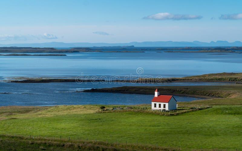 Сиротливая красная церковь в западной Исландии стоковое фото rf