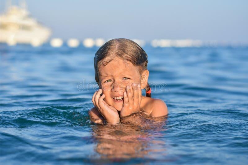 Сиротливая маленькая девочка во вспугнутых выкриках моря, испуганных воды, стоковое изображение rf