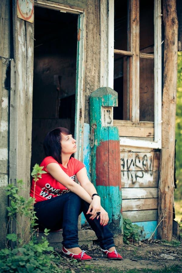 сиротливая напольная женщина портрета стоковые изображения rf