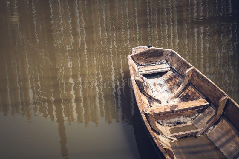 Сиротливая старая деревянная шлюпка на образе жизни культуры озера пригородном традиционном стоковые фото