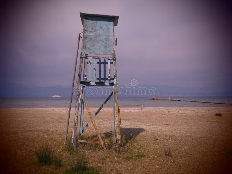 Сиротливая сторожевая башня пляжем стоковые изображения