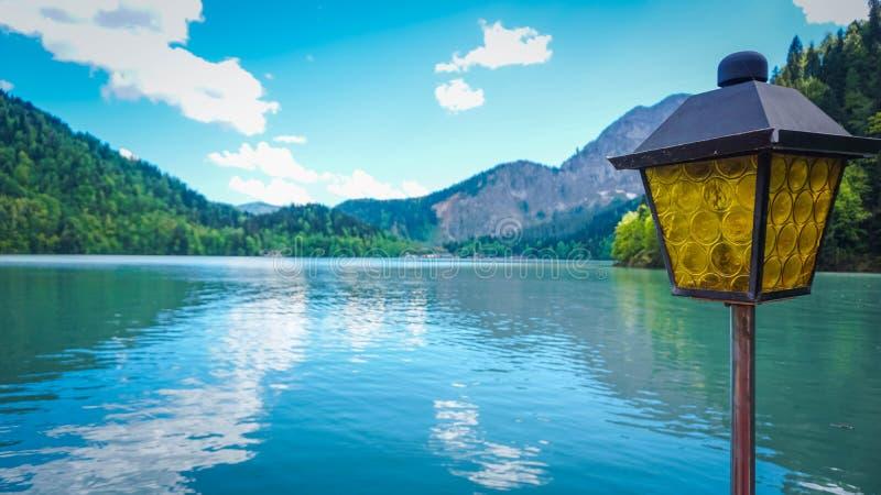 Сиротливое озеро Ritsa фонарика и горы в абхазии стоковые фото