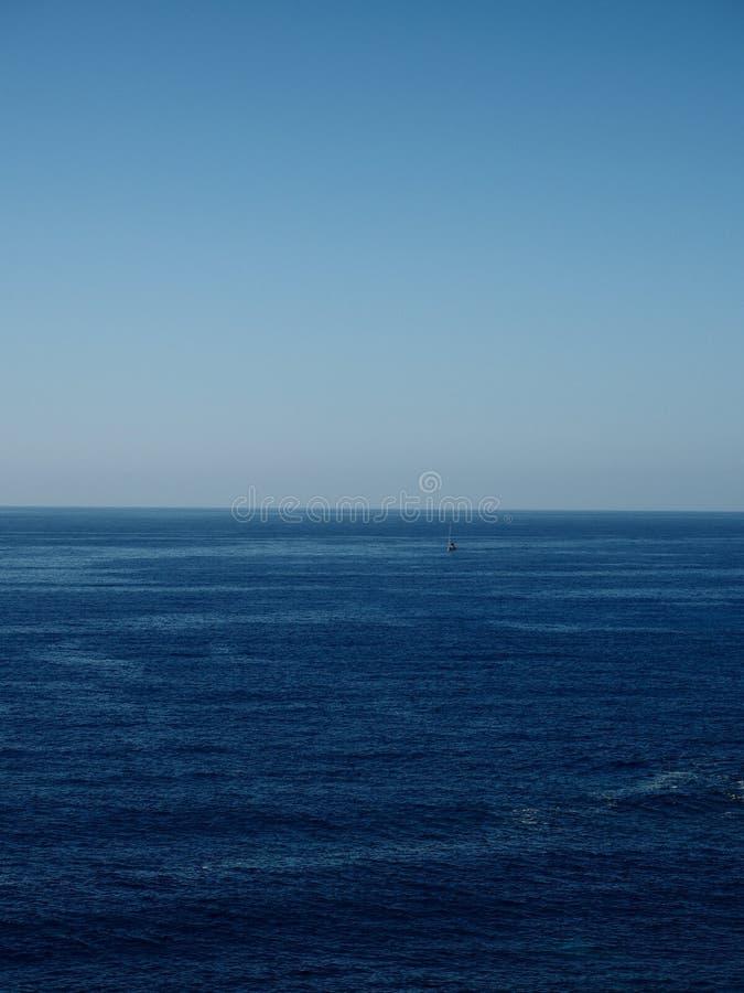 Сиротливое sailer на море стоковое фото rf