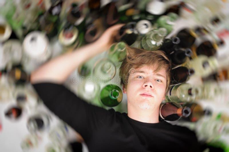 Сиротливо и отчаянно - портрет человека молодого человека с проблемами наркомании стоковая фотография rf