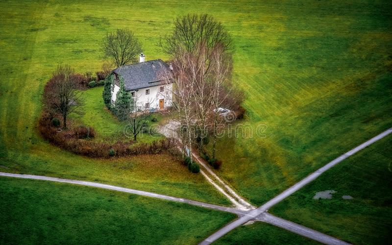 Сиротливый дом местными перекрестками стоковое фото rf