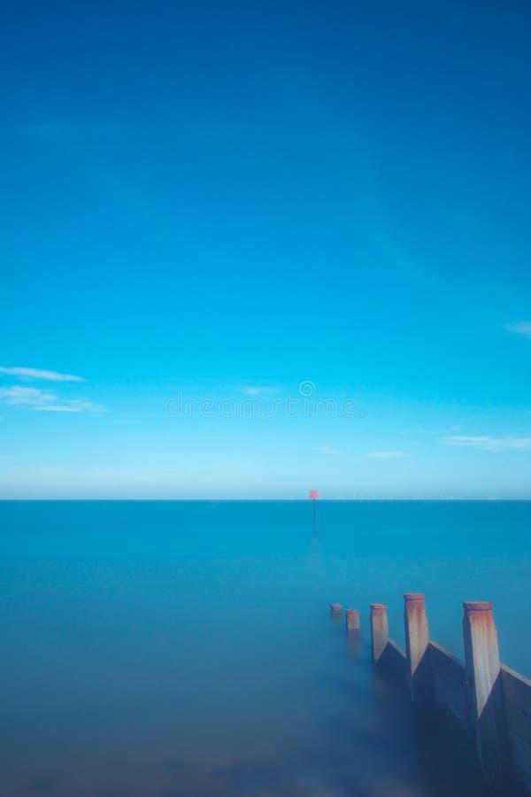Сиротливый красный цвет на сини стоковое фото