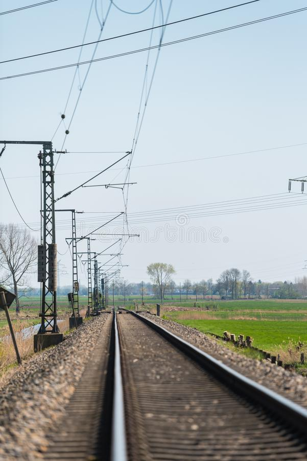 Сиротливый след поезда через сельскую местность стоковые изображения rf