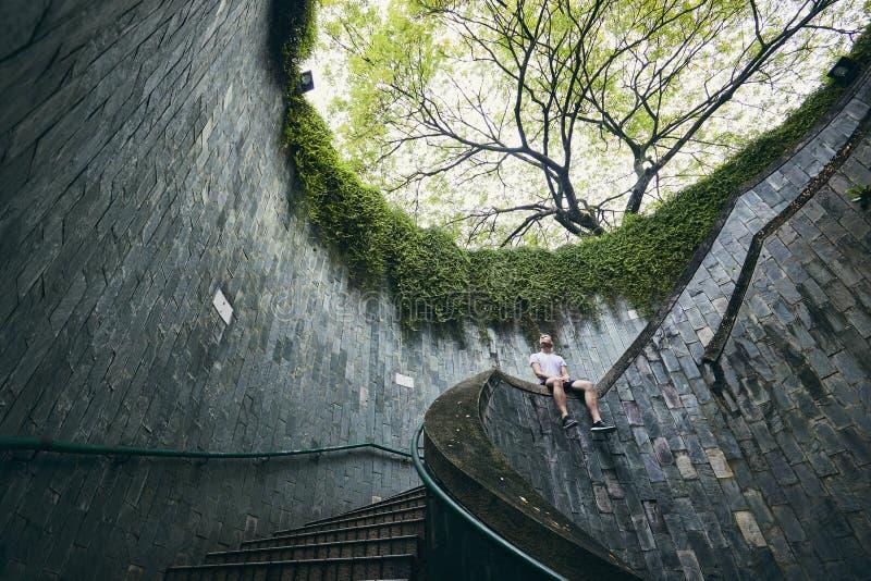 Сиротливый человек на винтовой лестнице стоковое фото rf