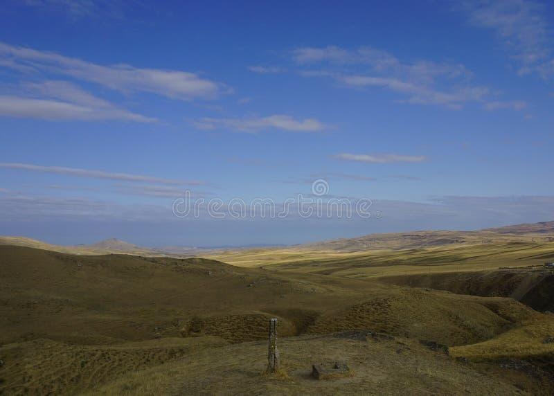 Сиротливый штендер в азербайджанской пустыне стоковые изображения