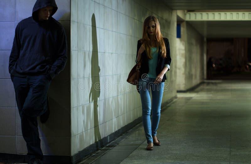 Сиротливая женщина идя на ночу стоковая фотография rf