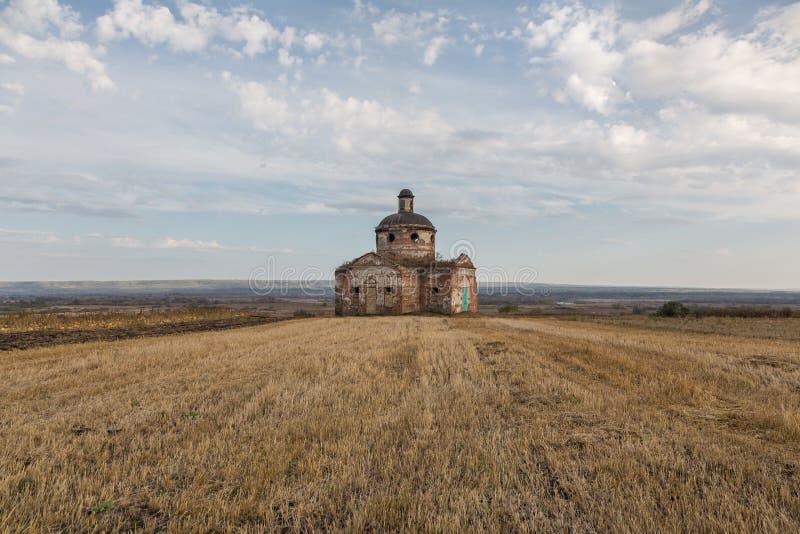 Сиротливая старая церковь в ландшафте осени стоковые изображения rf