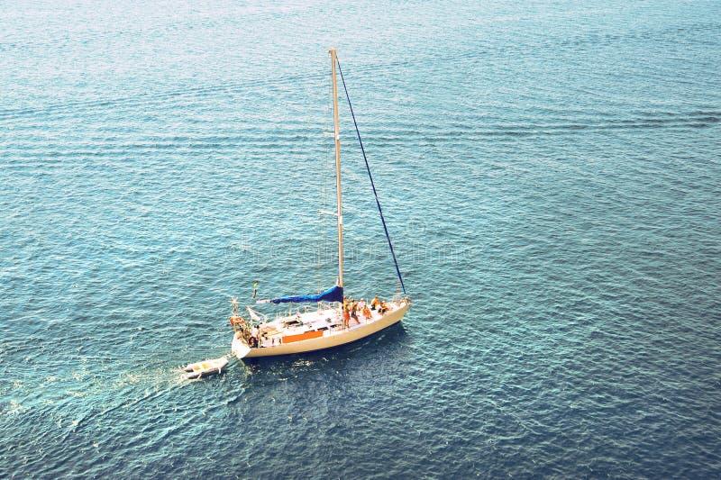 Сиротливая яхта в океане. рыбацкая лодка в море стоковое фото