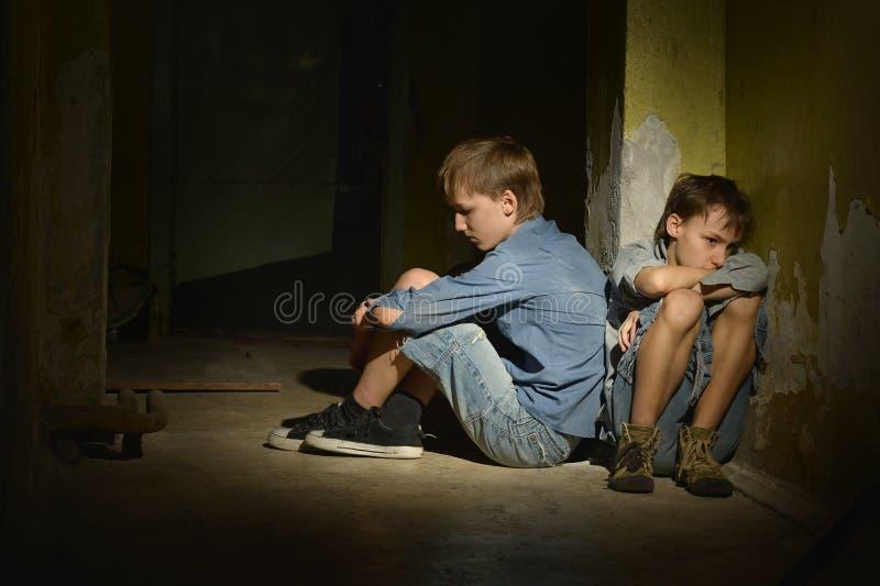 Сиротливые мальчики стоковые фотографии rf