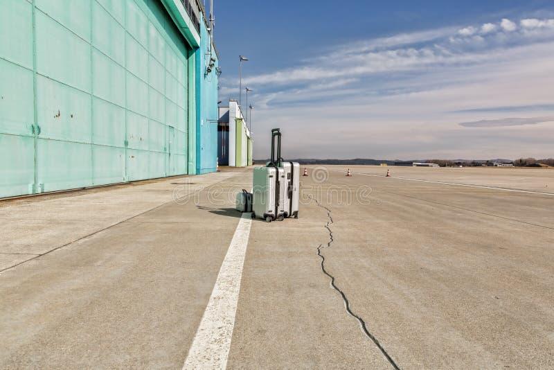 Сиротливый багаж на взлётно-посадочная дорожка стоковая фотография