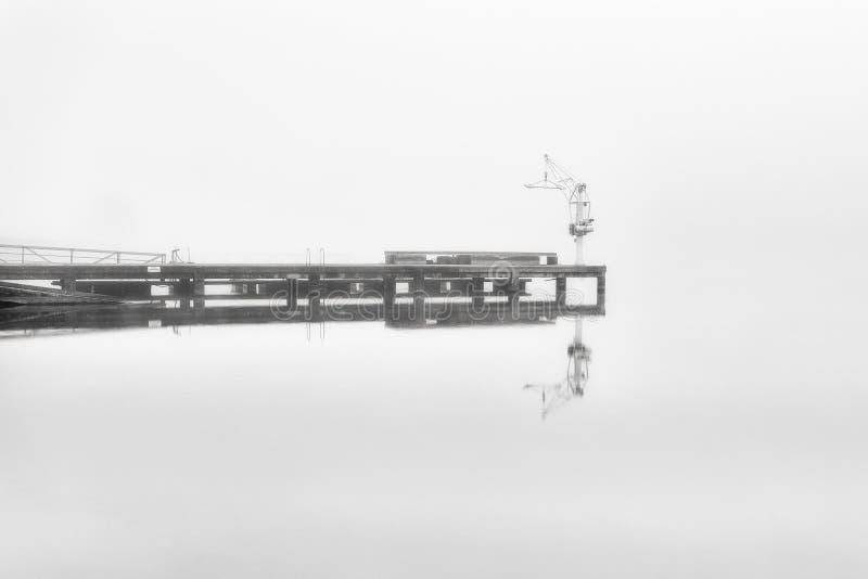 Сиротливый док в туманном дне стоковая фотография rf