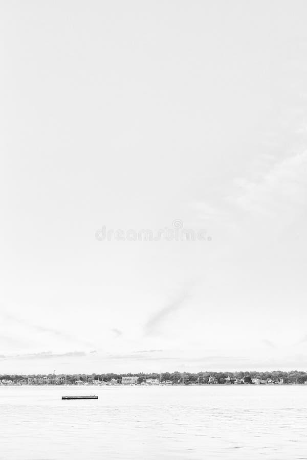 Сиротливый док плавая в середину гавани стоковое фото