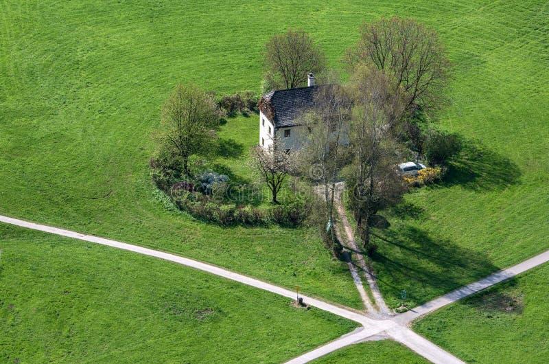 Сиротливый дом в зеленом поле стоковая фотография rf