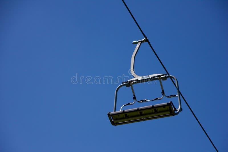Сиротливый подвесной подъемник на голубом небе стоковое фото
