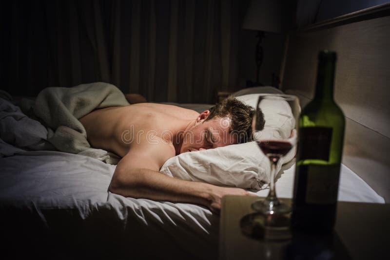 Сиротливый пьяный спать человека стоковое изображение rf