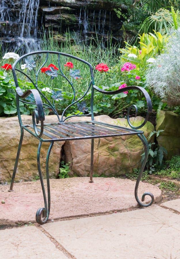 Сиротливый стул металла стоковые фото