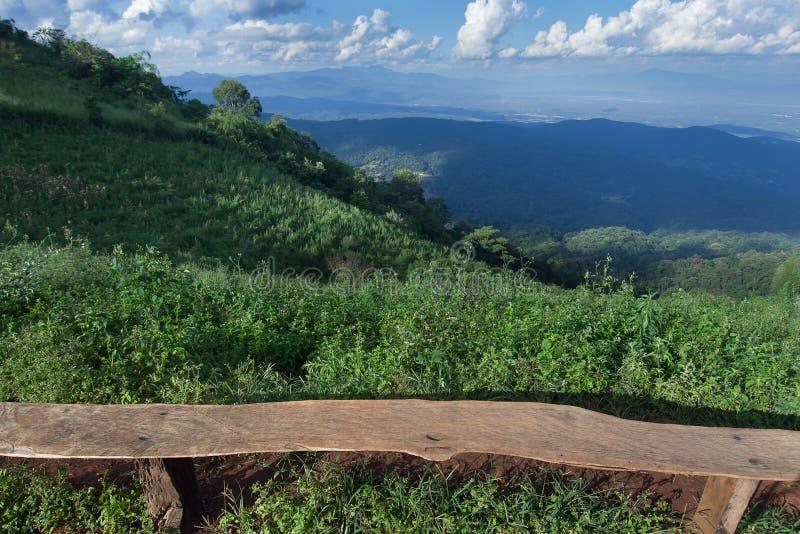 Сиротливый стул с взглядом травы, горы и облачного неба Chiangm стоковые изображения