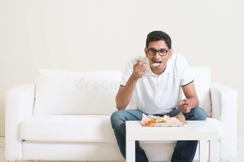Сиротливый человек есть еду самостоятельно стоковые изображения
